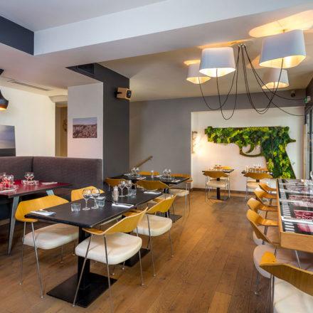 En mode cocktail dinatoire, pour un anniversaire comme un lancement presse, L'Atelier accueille jusqu'à 80 personnes au Bar à Cocktail ou 130 en privatisant le Bar à Cocktail et la Danish Suite mitoyenne. Si vous êtes plus dîner assis, pour un mariage comme une soirée d'entreprise, c'est au Restaurant que ça se passe jusqu'à 150 convives.